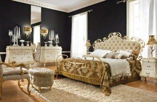 Dormitor cu decor negru auriu