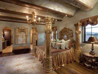 Dormitor de lux cu decor auriu