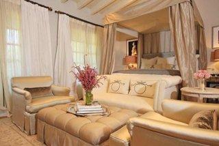 Dormitor elegant auriu