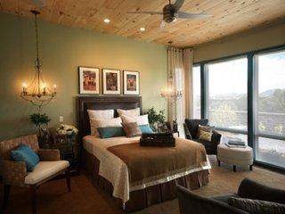 Dormitor matrimonial cu decor auriu