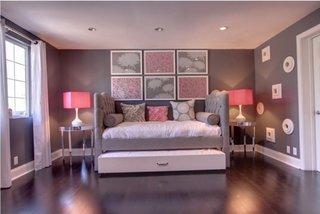 Dormitor cu parchet negru pereti gri si accesorii roz