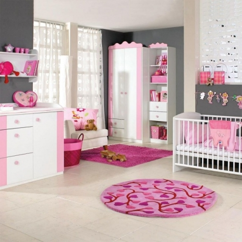 Dormitor fete in roz si gri pereti gri accesorii roz