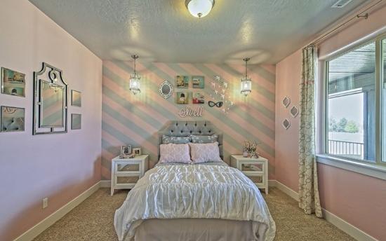 Dormitor fetita pereti roz si tavan gri covor gri
