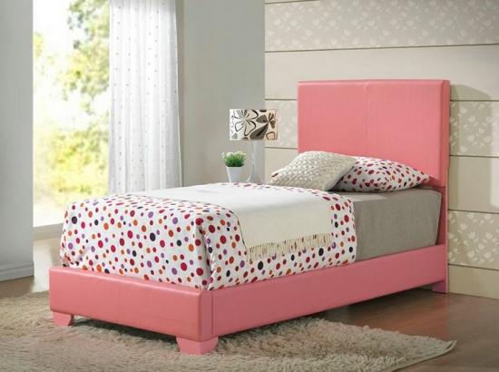 Dormitor gri cu alb pat cu lenjerie cu buline