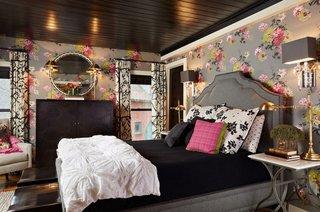 Dormitor gri cu roz pereti cu floricele