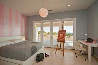 Dormitor mediteraneean gri cu roz