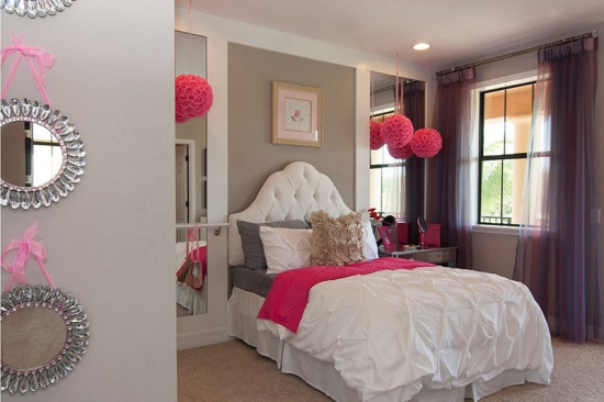 Dormitor modern gri cu roz si mobila alba