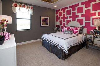 Dormitor pereti gri inchis si unul cu model roz cu alb