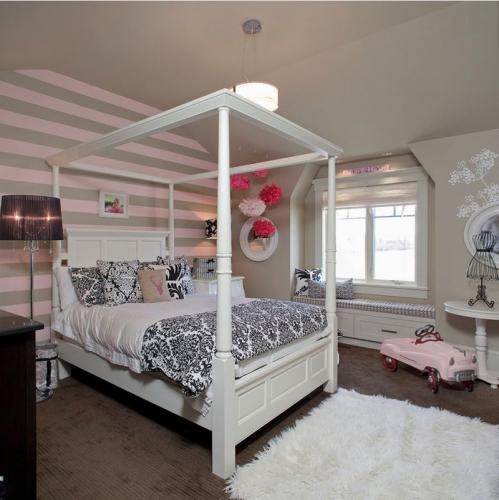 Dormitor romantic gri cu roz si mobila alba