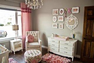 Dormitor romantic roz cu gri mobila alba