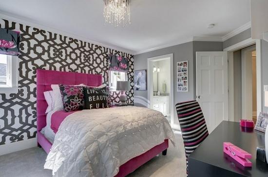 Dormitor roz cu gri mobila alba tapet pe un perete
