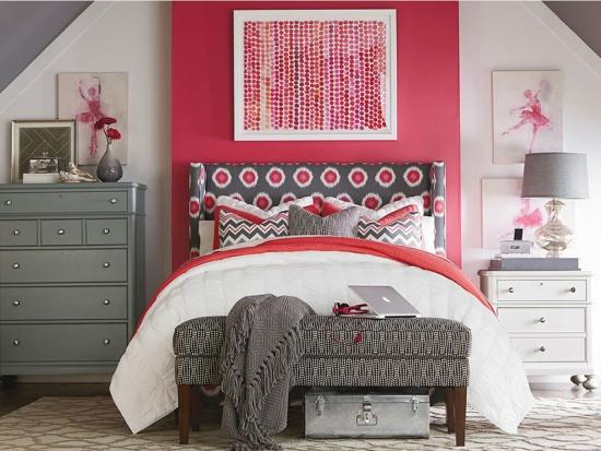 Mobila dormitor si pereti gri cu alb si tablie cu flori