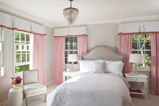 Pereti dormitor gri mobila alba accesorii roz