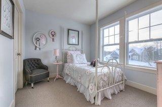 Pereti gri si accesorii albe fotoliu negru in dormitor