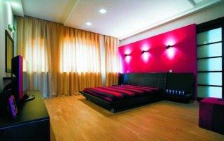 Decor dormitor roz cu negru