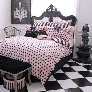 Dormitor matrimonial cu decor roz negru