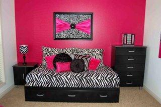 pereti roz combinati cu zebra print in dormitor
