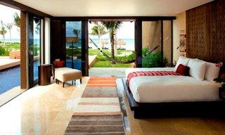 Dormitor cu decor modern cu iesire dubla catre terasa si piscina