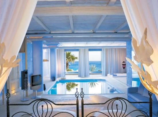 Dormitor luxos cu piscina interioara
