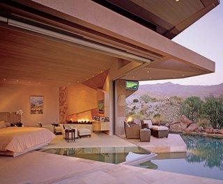 Dormitor superb cu pardoseala din sticla si piscina