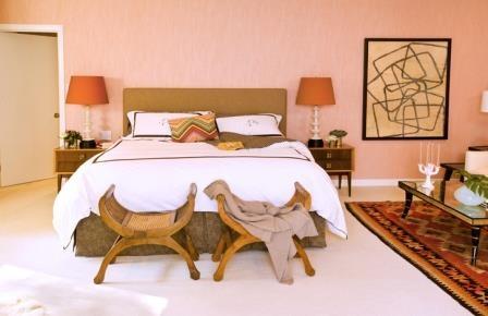 Dormitor amenajat modern in culoarea piersicii si kilim asortat