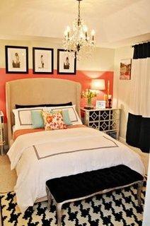 Dormitor cu perete de accent piersica si crem si mobia crem cu negru