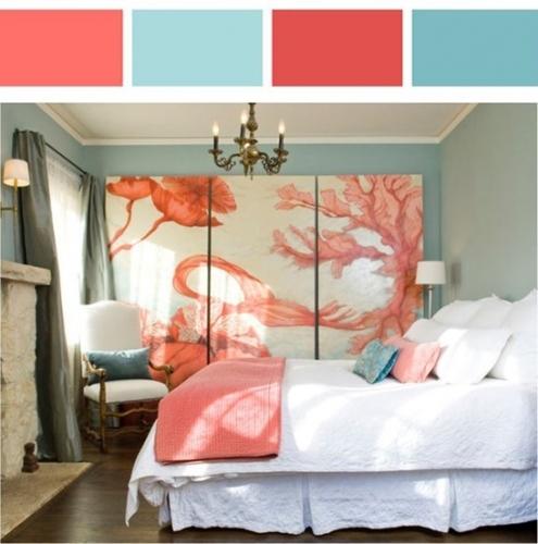 Dormitor cu pereti bleu si gri si pictura supradimensionata alb cu culoarea piersicii