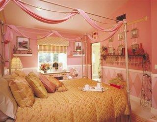 Dormitor mic zugravit in culoarea corai cu pat matrimonial si baldachin