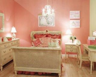 Dormitor pentru fetite cu pat de o persoana si zugraveala si accesorii culoarea piersicii