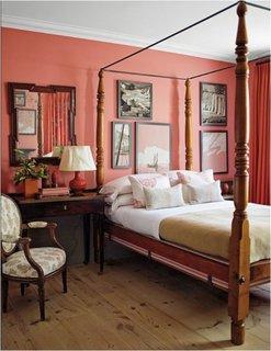 Dormitor zugravit in culoarea corai si mobila din lemn de nuc