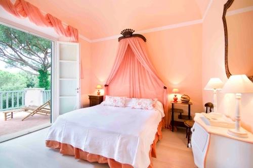 Idee de amenajare a unui dormitor in culoarea piersicii