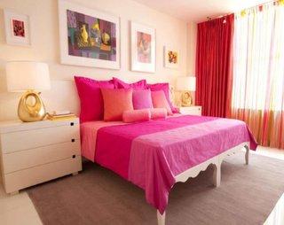 Pereti zugraviti in culoarea piersicii si pat cu cuvertura in tonuri de roz