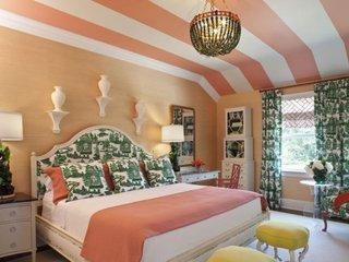 Zugraveala in dormitor culoarea piersicii si tavan cu dungi albe