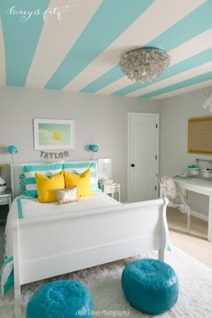 Camera pentru o adolescenta cu tavan inedit in dungi late albe cu albastru