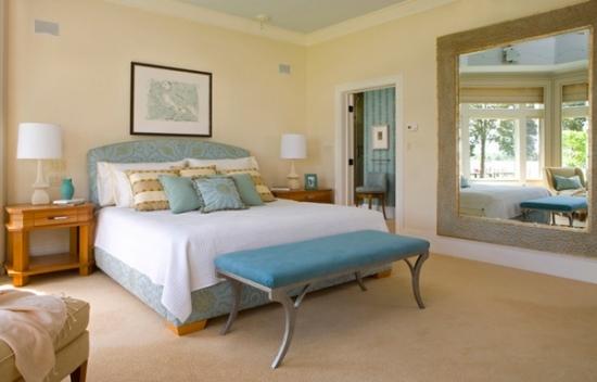 Dormitor discret zugravit cu galben pal si bleu deschis