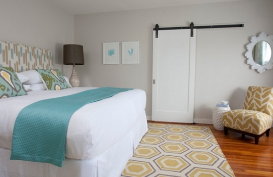 Dormitor alb cu accesorii textile galben si turcoaz