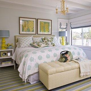 Dormitor cu peretii albi si accesorii turcoaz cu galben