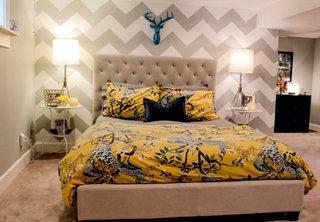 Dormitor in nuante neutre de gri deshis si alb cu accesoriu turcoaz aplicat deasupra patului