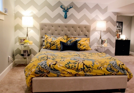 Dormitor in nuante de gri cu asternuturi de pat galbene si decoratiune turcoaz deasupra patului