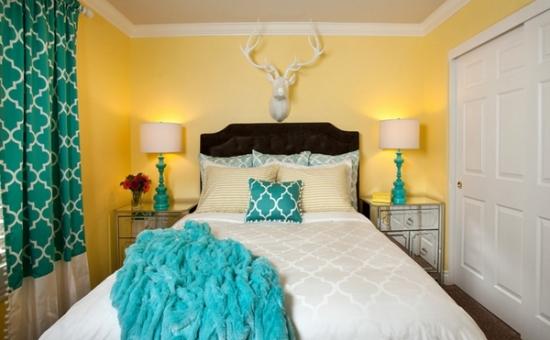 dormitor mic cu peretii galben aprins si draperii turcoaz