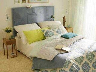 Idee de amenajare a unui dormitor mic in galben cu turcoaz si gri