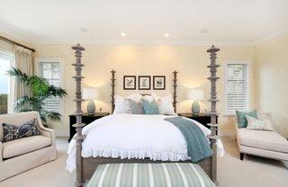 Pereti galben pal in combinatie cu perne si cuvertura turcoaz pe un pat gri