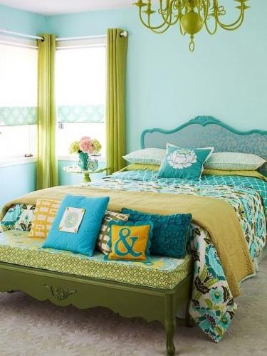 Super dormitor bleu turcoaz si draperii mustar