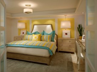 Zugraveala galben aprins cu alb si accesorii de pat turcoaz