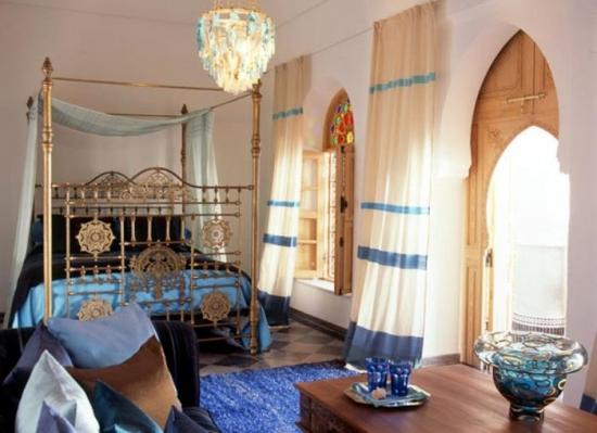 Covor albastru safir asortat cu perdelele in dormitor in stil marocan