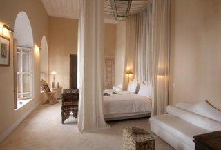 Dormitor alb cu nisipiu cu elemente marocane