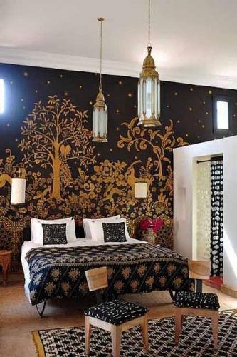Dormitor amenajat in stil marocan modern in alb negru si motive aurii