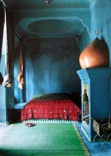 Dormitor clasic marocan cu albastru safir covor verde smarald si cuvertura de pat rosie