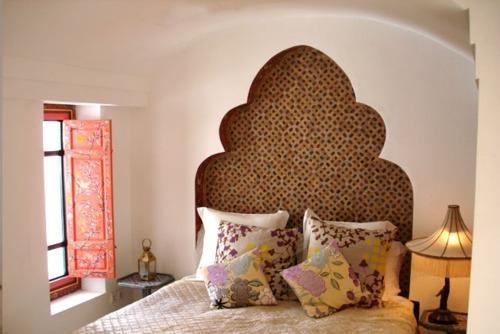 Dormitor cu arcada in spatele patului placata cu lemn cu motive maure