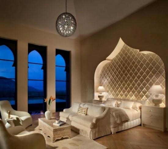 Dormitor cu arcada in stil marocan cu lumini in loc de tablie de pat